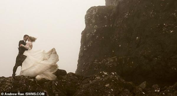 عروسان يلتقطان صور زفافهما أعلى جزيرة سكاي