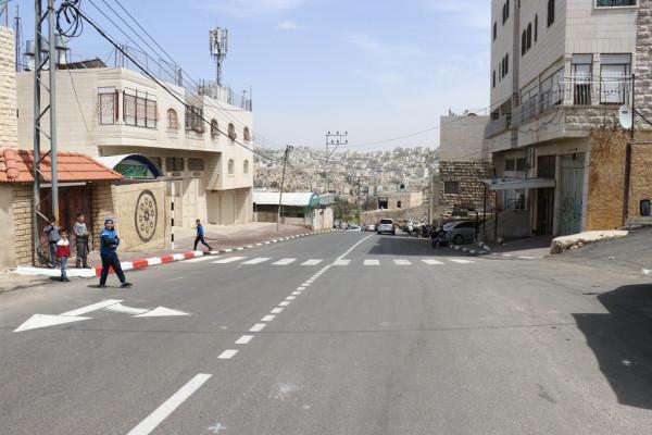 بلدية الخليل تعيد تأهيل شارع الكرنتينا وتُعبّده