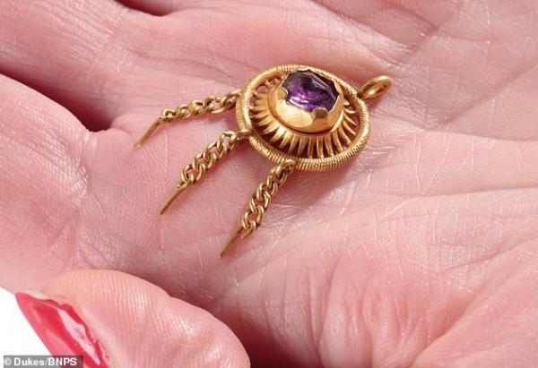 للملك إدوارد الرابع.. العثور على دبوس قبعة ذهبي عمره 500 عام