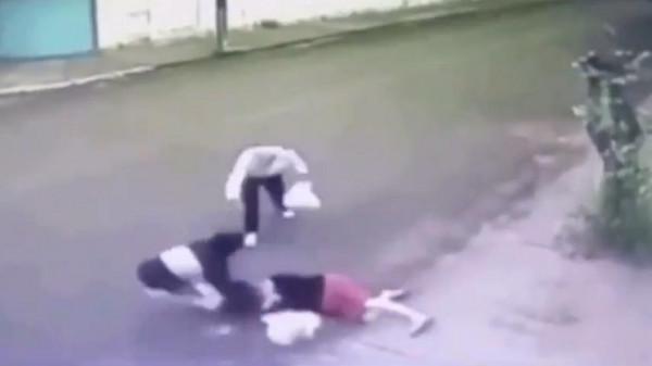 بالفيديو: كيف أنقذ عجوز شجاع امرأة من عصابة لصوص