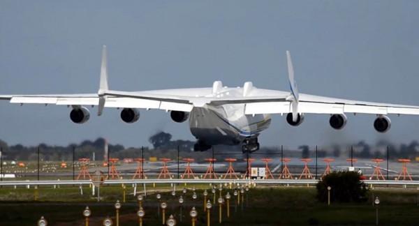 """شاهد: """"أكبر طائرة في العالم"""" تُحلق لأول مرة في سماء كاليفورنيا"""