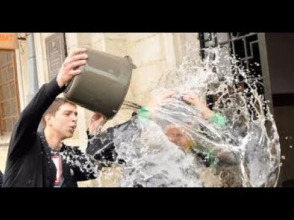 مسؤول أردني يسكب ماء ساخنًا على طفل ويجرده من ملابسه