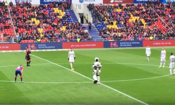 """شاهد: """"روبوت"""" يظهر في مباراة بالدوري الروسي"""