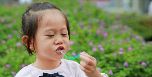 قبل أن تسمحي لطفلكِ بتناول العلكة.. إليكِ هذه المعلومات