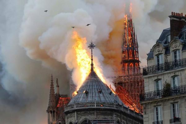 شاهد: حريق هائل في كاتدرائية نوتردام التاريخية في باريس