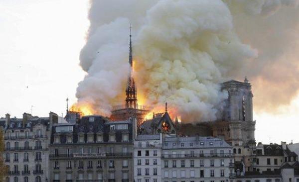ترامب يقترح صب الماء من الطائرات على برج باريس المحترق