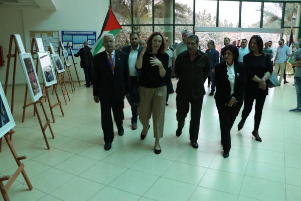 """افتتاح معرض """"زيارة عائلية"""" في جامعة الاستقلال بمدينة أريحا"""