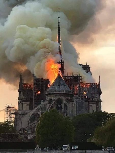 حنا: لقد آلمنا واحزننا كثيرا الحريق الذي التهم كنيسة النوتردام في باريس