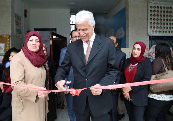 وزير التربية يفتتح البازار الخيري بمدرسة فيصل الحسيني