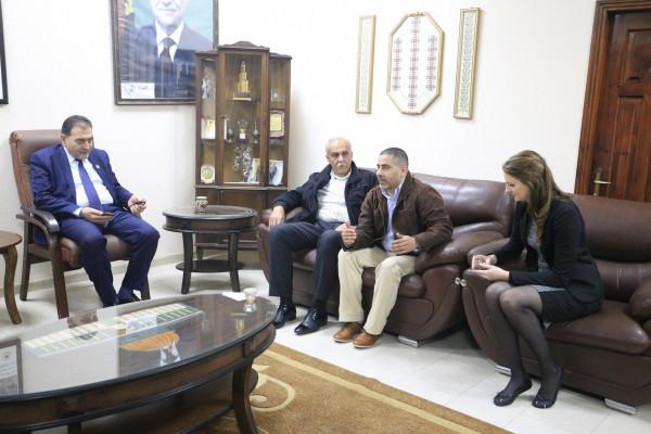 رئيس بلدية قلقيلية يلتقي بوفد من اتحاد البلديات الهولندي