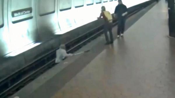 شاهد: نجاة رجل ضرير من الموت تحت عجلات قطار بأعجوبة