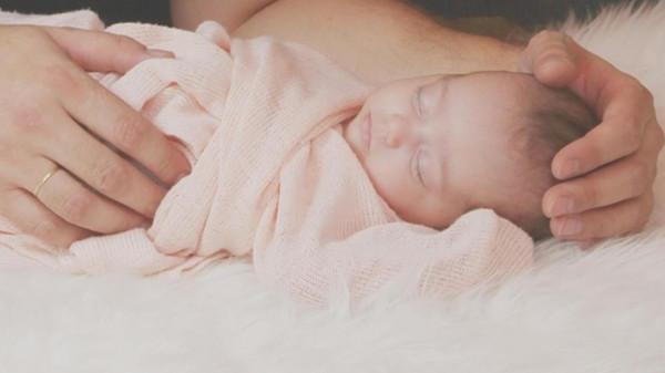 فيديو: طفل يولد دون جلد يغطي جسمه
