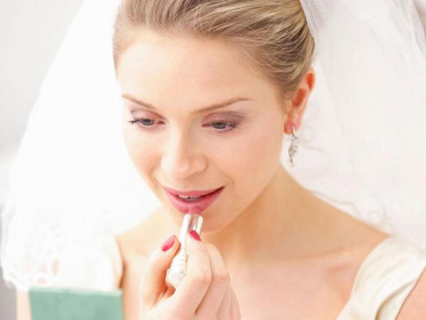 كيف تحافظين على أحمر شفاهكِ لأطول وقت يوم الزفاف؟