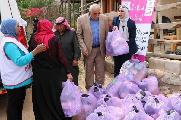 المحافظ ابو العسل يسلم حقائب صحية لعرب الرشايدة