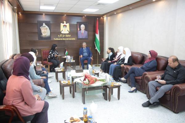 محافظ طولكرم يستقبل طالبات من مدرسة بنات عمر بن عبد العزيز الثانوية