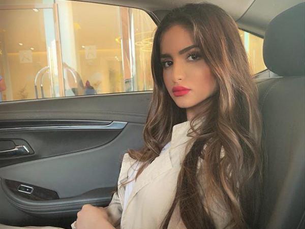 """فيديو: """"حلا الترك"""" في السعودية وانتقادات بسبب تعاليها على المعجبات"""