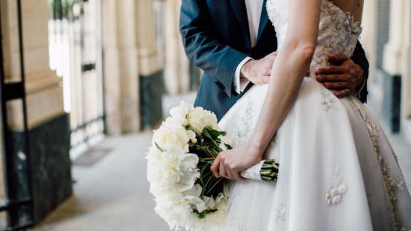 """زوجان يقرران الارتباط حتى الموت بـ""""تورتة زفاف"""" مرعبة"""