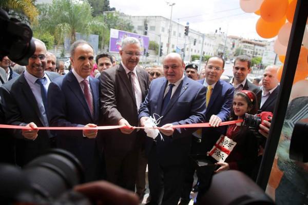 المحافظ أبو بكر والشوا  يفتتحان فرع بنك الاستثمار الفلسطيني في طولكرم