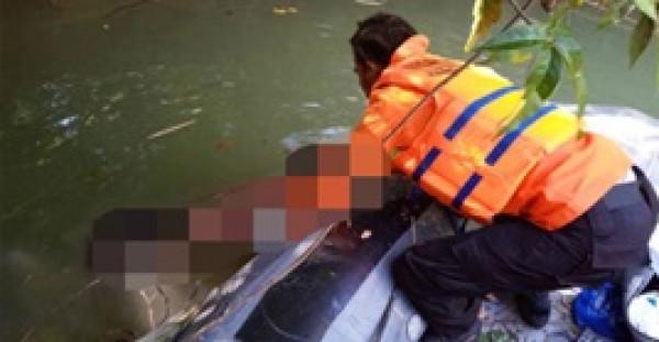 لقطات مروعة لتمساح يسبح في نهر مع ساق رجل بين فكيه