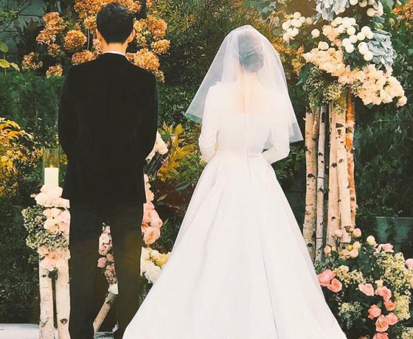 زوجان يقيمان حفل زفافهما في مكان لا يخطر بالبال لتخليد ذكرى لقائهما