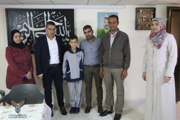 مركز الخدمة المجتمعية يكرم الطفل معتصم بالله إبن الأسيرة إسراء الجعابيص