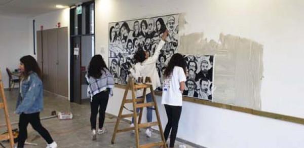 تركيب جدارية الخابية في المركز الثقافي المزرعة