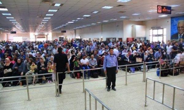 الاحتلال الإسرائيلي يمنع 14 مواطنًا من السفر عبر (معبر الكرامة)