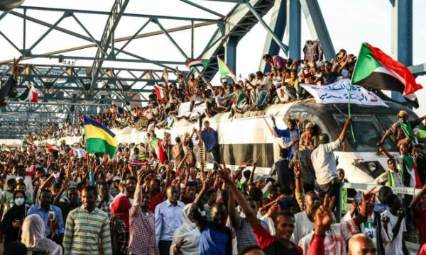 المجلس العسكري السوداني يدعو المعارضة للاجتماع والقُضاة ينضمون للاعتصام