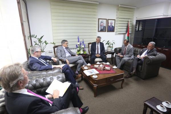 وزير الحكم المحلي يدعو المانيا لتقديم الدعم المالي الطارئ للفلسطينيين
