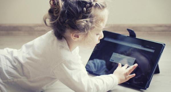 (الصحة العالمية) تحذر من تعريض الرضع للشاشات الرقمية