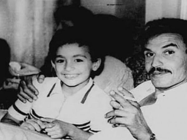 هذا الطفل الذي يجلس مع عزت العلايلي أصبح ممثل الأكشن الأول بمصر