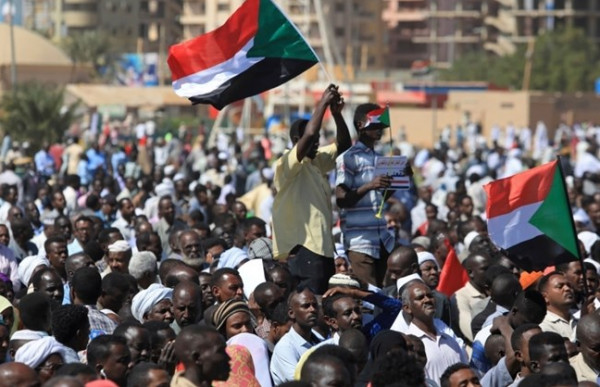 مئات آلاف السودانيين يطالبون بحكومة مدنية في اعتصام القيادة
