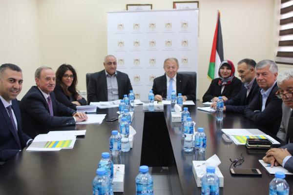 وزارة الاقتصاد الوطني تسلم أربعة مصانع فلسطينية شهادات جولة عالمية