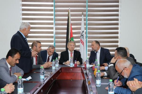 رئيس بلدية الخليل يلتقي وزيري الاقتصاد والاتصالات ويبحثان سُبل التعاون المشترك