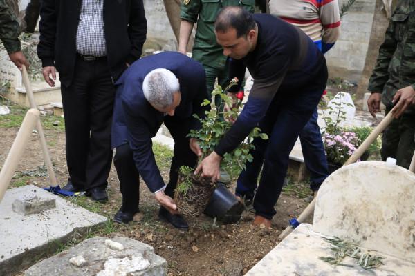 رئيس بلدية قلقيلية يشارك في اليوم التطوعي لتنظيف مقبرة قلقيلية
