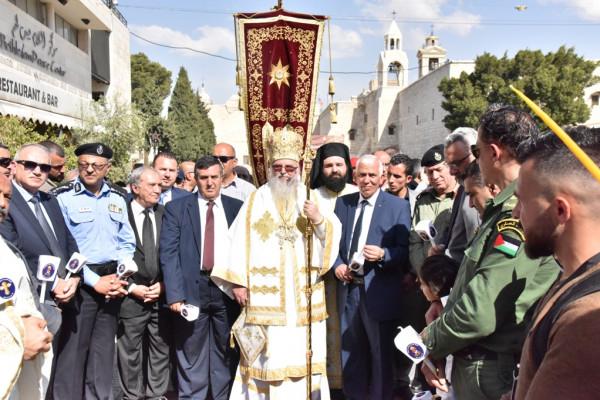 رئيس بلدية بيت لحم يشارك في استقبال النور المقدس القادم من القدس