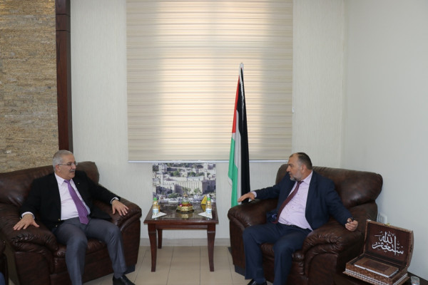أبو سنينة يطلع وزير النقل والمواصلات على مشاريع البلدية