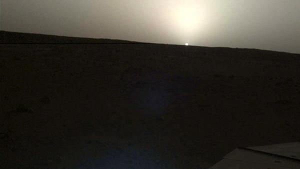ناسا تنشر مشاهد مُذهلة لحظة شروق الشمس وغروبها من المريخ