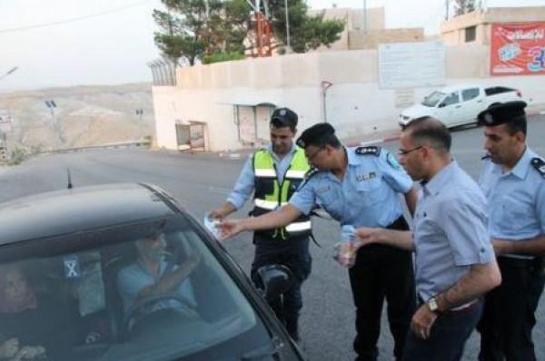 مواطن يسلم مركبته غير القانونية للشرطة في قلقيلية