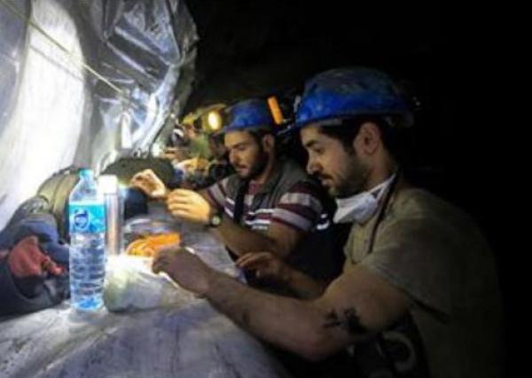 شاهد: عمال مناجم أتراك يتناولون الإفطار على عمق 350 مترًا