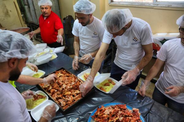 فيديو: شاهد كيف يتم إعداد الطعام في (تكية) نابلس