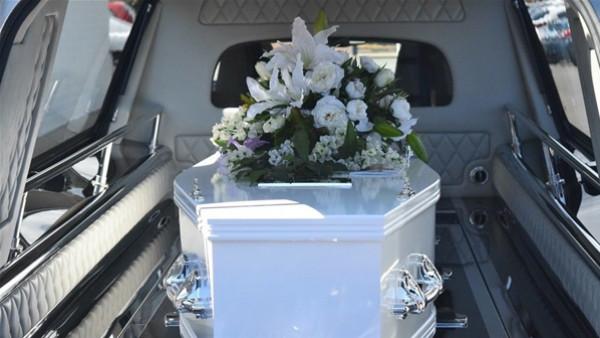 أغرب مراسم الجنازات.. رقصوا بالنعش فأوقعوا الجثّة