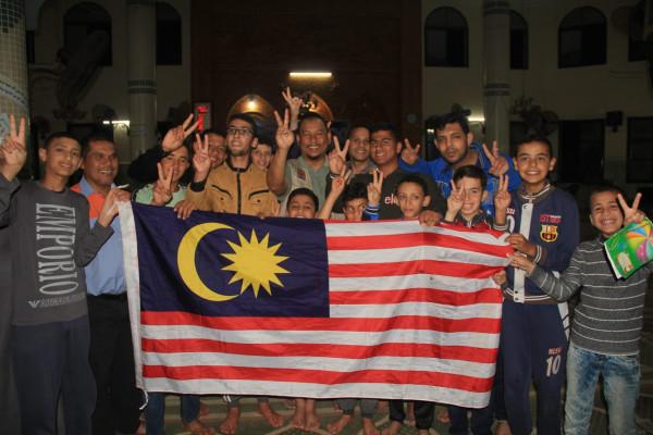 مسلم كير ماليزيا يقدم مساعدات نقدية لأسر فقيرة ويفتتح شوارع وملعب بخانيونس