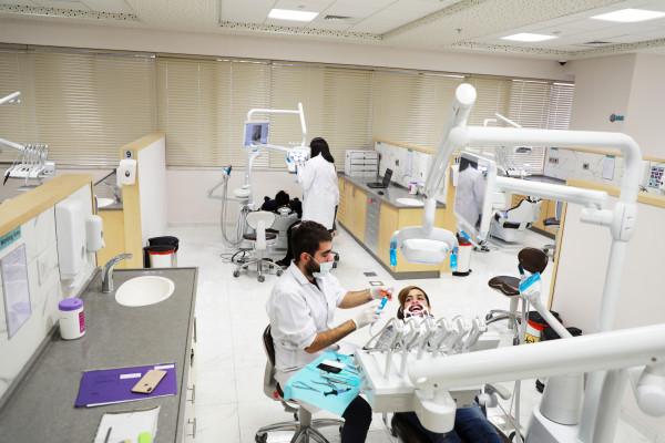 اعتماد برامج وتخصصات جديدة في مجال طب الاسنان في الجامعة العربية الامريكية