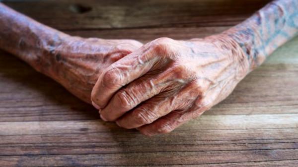 بعد 60 عامًا.. مشهد مؤثر لأسترالية نشأت في ملجأ أيتام تلتقي بوالدتها