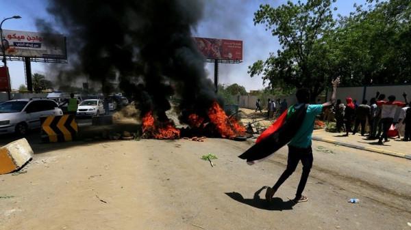 مقتل ضابط وخمسة محتجين وإصابة 100 بهجوم على المعتصمين بالخرطوم