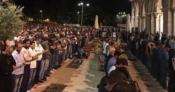 """عشرات الآلاف يؤدون صلاة العشاء و""""التراويح"""" في رحاب الأقصى"""