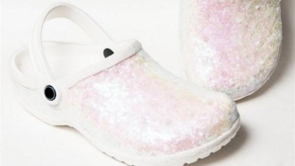 حذاء Crocs من البلاستيك لراحة العروس يوم زفافها
