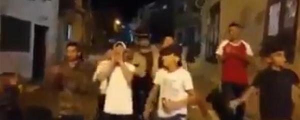 """مشهد طريف لأطفال يؤدون دور """"المسحراتي"""" بطريقتهم الخاصة.. ونشطاء: سنرقص بدل أن نتسحر"""