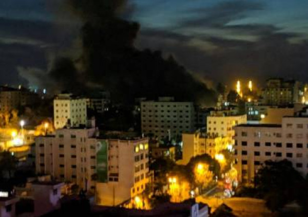 شاهد: الدفاع المدني بغزة يتواجد عند عمارة الغصين الآيلة للسقوط